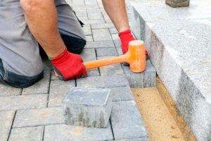 Pflastersteine sanieren - Neuverlegung vs. Reinigung