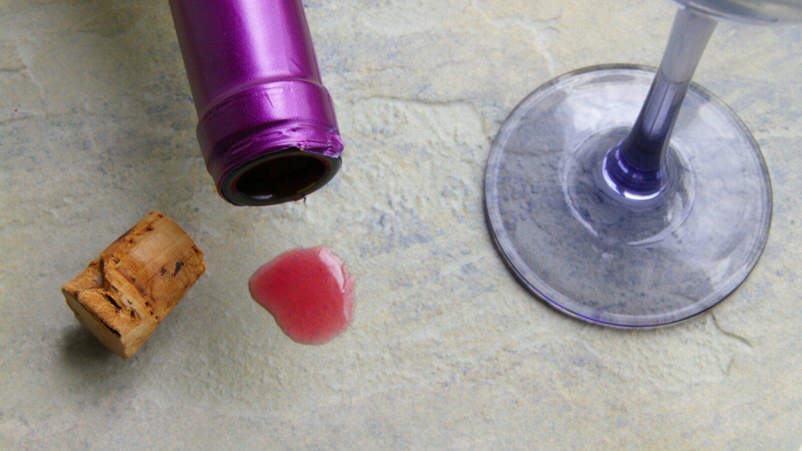Rotweinflecken von Stein entfernen