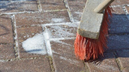Terrasse mit Schmierseife reinigen