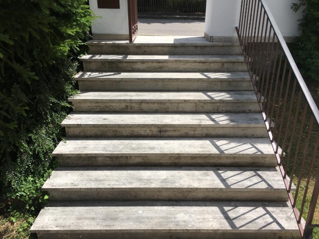 Travertin Treppe vor der Reinigung