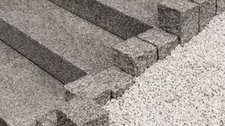 Monzonit Treppe eingefasst.