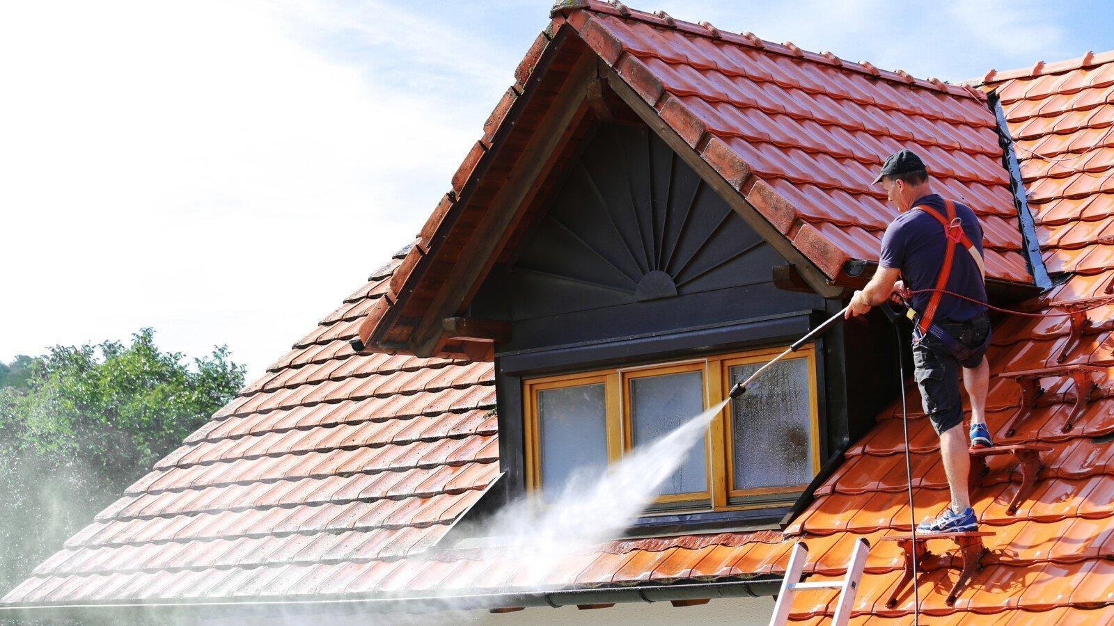 Dachreinigung mit einem Hochdruckreiniger