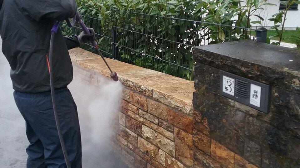 Natursteinmauer im Hochdruckverfahren gereinigt