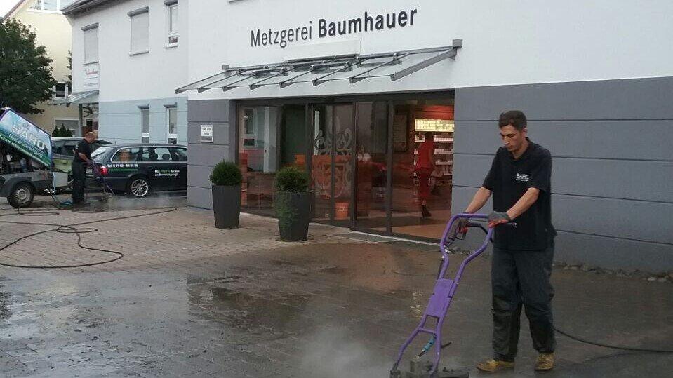 gepflasterter Hof vor der Reinigung Saro Augsburg